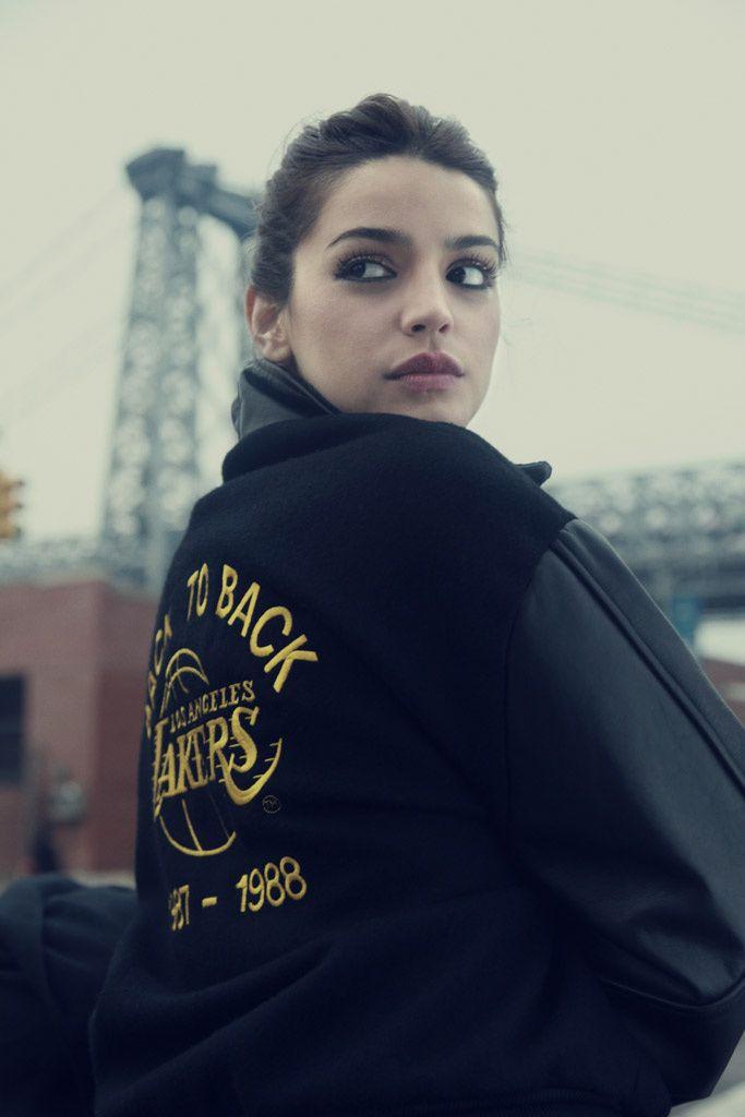 """Calu Rivero, protagonista de Tesis de un homicidio, la Blanca Suárez de Argentina. Caminando por Brooklyn, llegamos a otro de sus lugares preferidos: el puente de Williamsburg.  """"Es uno de mis rides favoritos en la ciudad. Andar en bici con perra a cuestas...¡felicidad!""""    SU LOOK:    Varsity jacket vintage"""