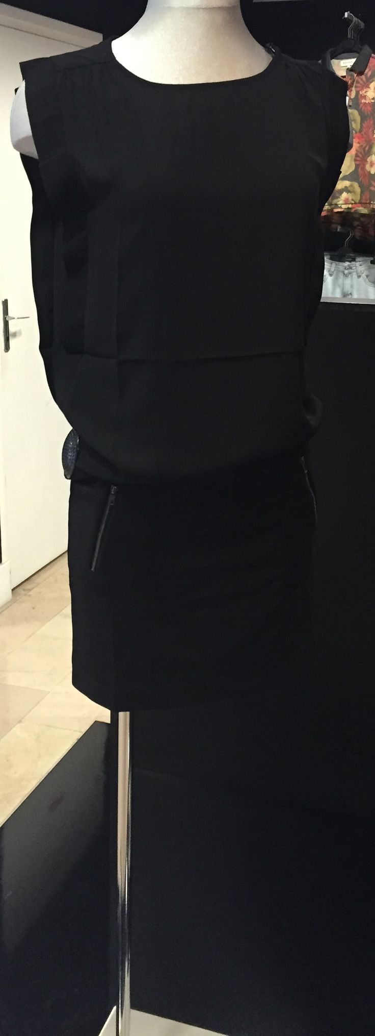 Sexy, Glamour et Elegante dans votre petite robe noir de la marque Teddy Smith. RDV chez PARANO