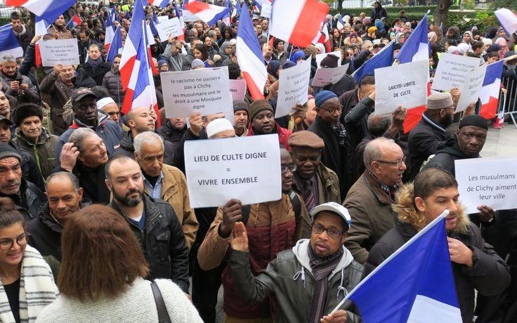 Leur revendication, ils l'ont portée le drapeau bleu blanc rouge à la main. Une partie de la communauté musulmane de Clichy a manifesté en nombre, ...
