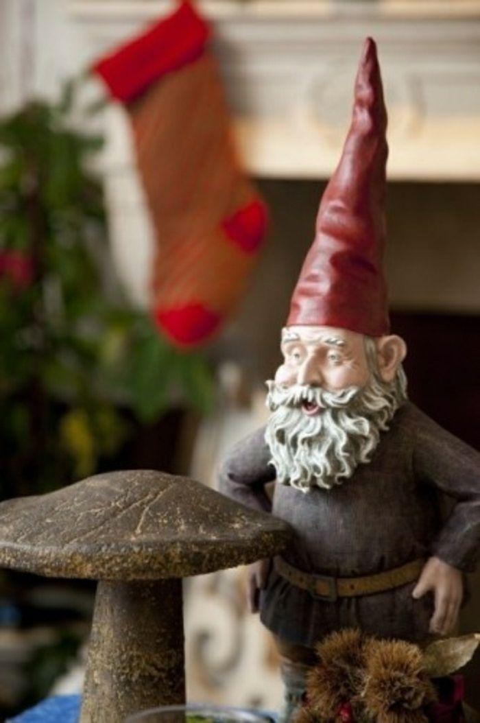 Statues de jardin avec un chapeau rouge deco jardin for Decoration jardin rouge