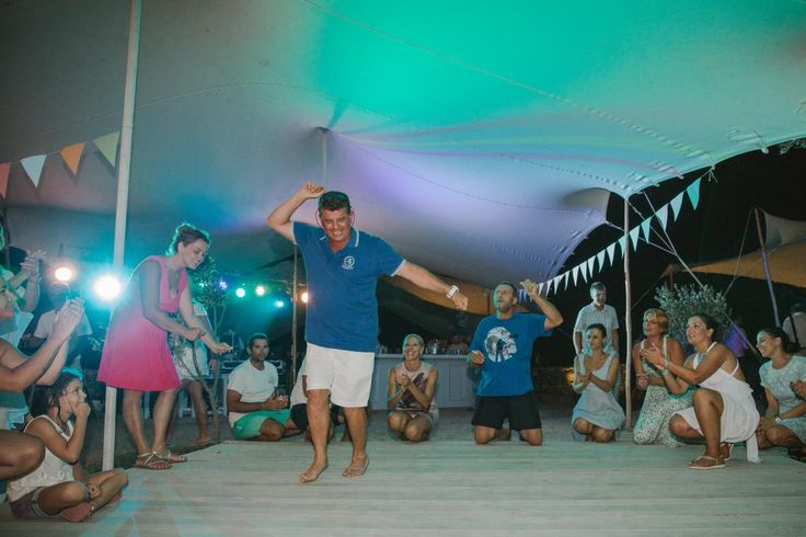 beach wedding party groom dance Kythnos | lafete