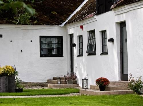 Gnalöv Gård B&B Simrishamn Set on a late 1800s farm, this modern, peaceful B&B is in the Österlen region of Skåne. It provides free Wi-Fi and rooms with private bathrooms. Simrishamn is just 7 km away. Housed in a former stable, Gnalöv Gård's rooms have scenic views.