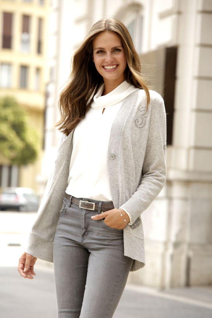 Classique et féminin, le pull à encolure bénitier blanc se porte sur un  jean gris et avec un gilet beige Rabe - Collection automne / hiver  2017-2018.