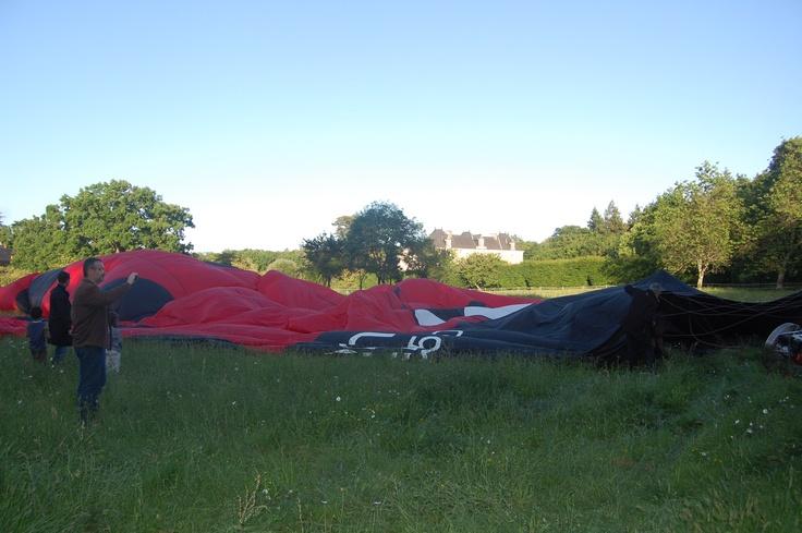 Préparation de la #montgolfière ! #chateau #anjou #douceurangevine  http://www.chateauchambiers.com/home/localisation-itineraires-maison-hotes-durtal-angers/