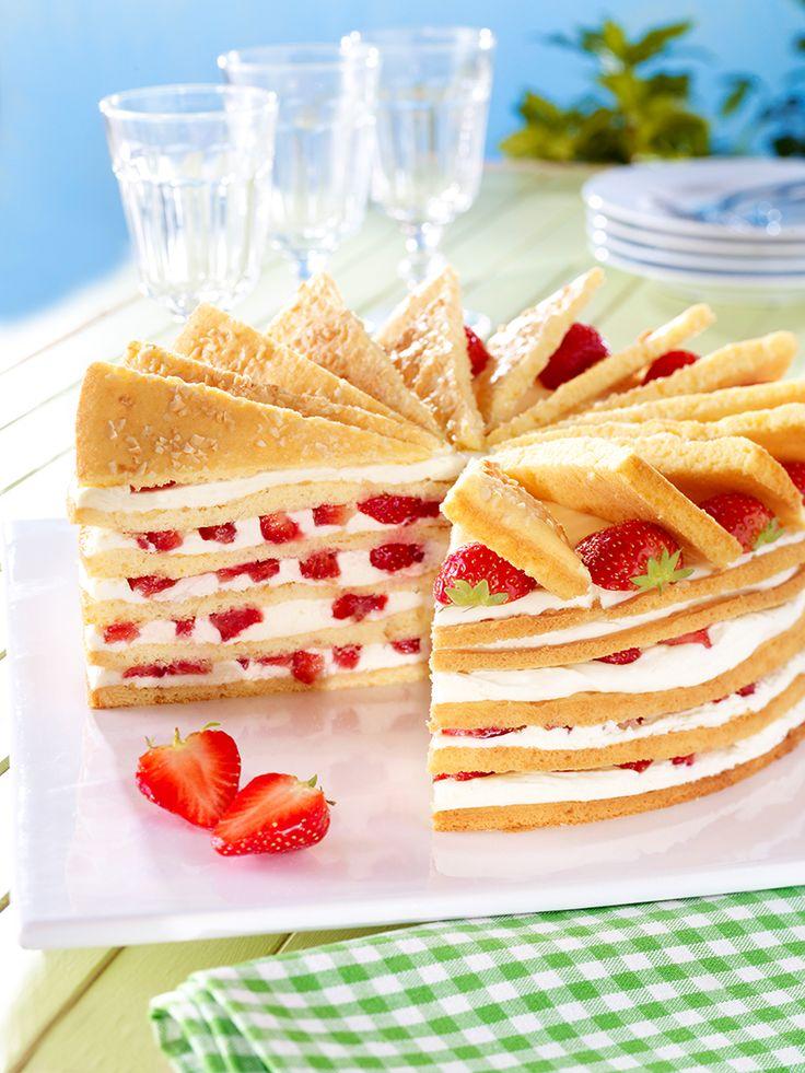 Fruchtige Erdbeer-Fächertorte -  Eine sahnige Torte mit frischen Erdbeeren für…