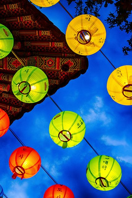 Lanterns across the sky in Ulsan photographed by Jteale via Flickr. #PhotojournalismKorea