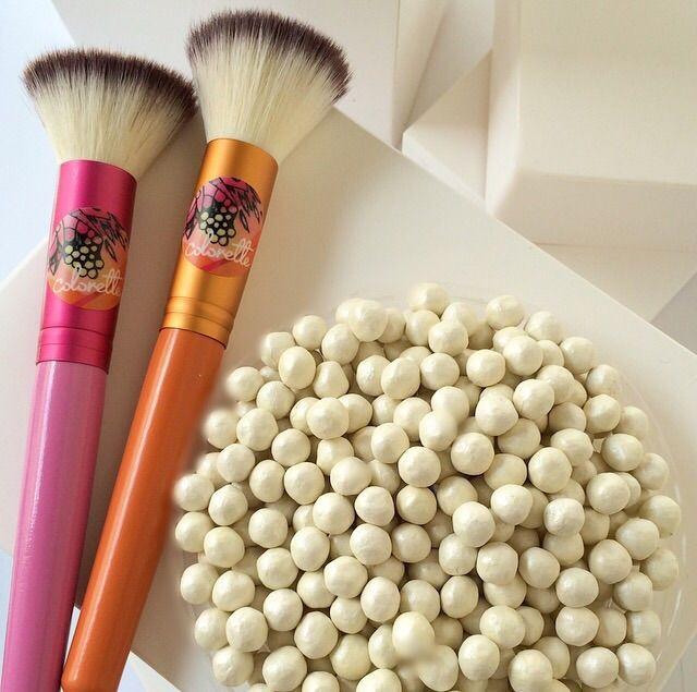 """Para que puedas aplicar tus perlas Chantilly con mucha precisión, puedes usar nuestra brocha Contornos, que gracias a su forma angular te permite hacer unos """"highlights"""" perfectos."""