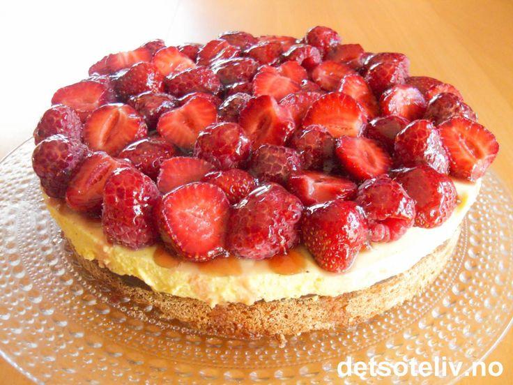 Mandelkake med vaniljefromasj og bær | Det søte liv
