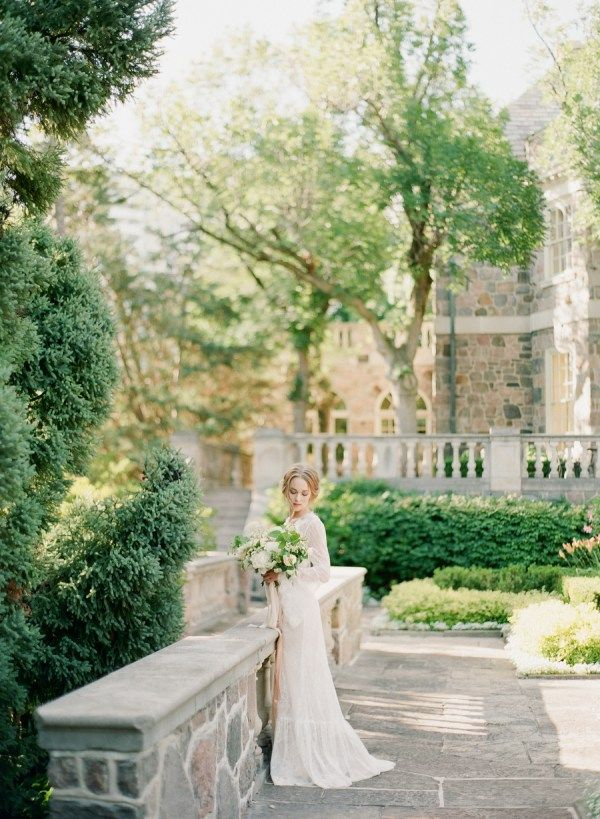 English Garden Wedding l Graydon Hall Manor l Photo by ARTIESE l Wedding Sparrow l Fine Art Curation