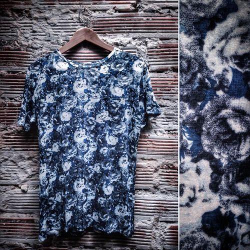 Nueva camiseta con estampado de flores blancas y azules! Visita nuestra tienda. #belikepardo #viaprovenza #yocomprocolombiano #diseñolocal