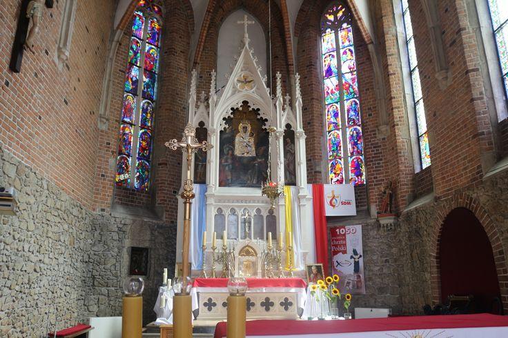 Zbliżenie na prezbiterium kościoła św. Wojciecha i Jerzego w Zatorze