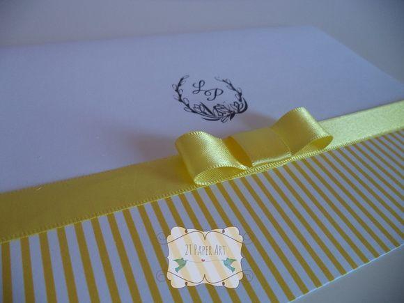 Convite de casamento amarelo, com brasão e laço channel simples. Cores e arte podem ser alterados. R$ 2,30