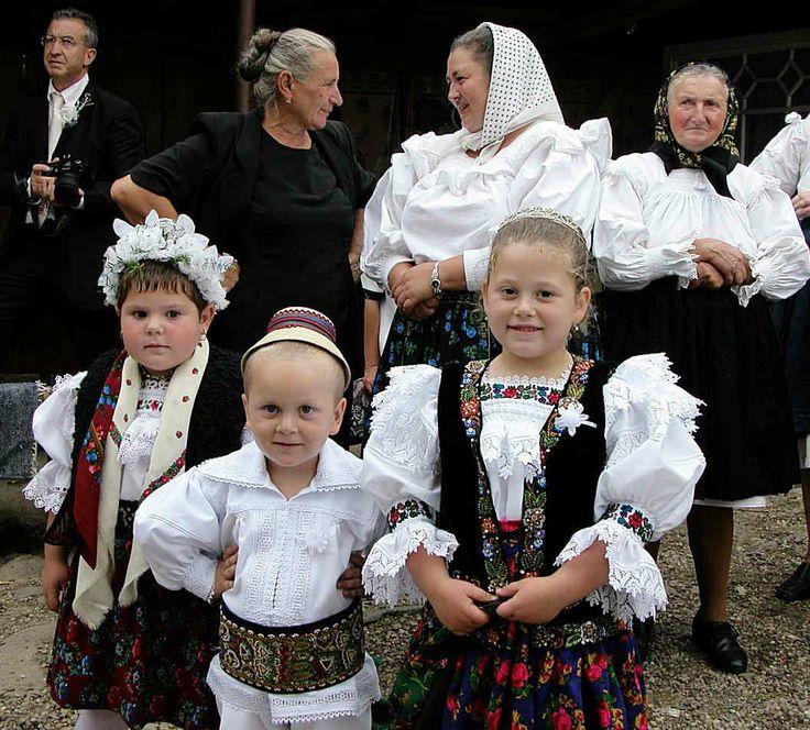 Copii din Maramureș în port tradițional - Romania