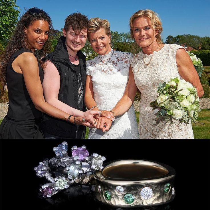Stort tillykke til Charlotte & Pernille med brylluppet  Vielsesringene er håndlavet af henholdsvis guld med grønne og hvide diamanter samt hvidguld med pastelfarvede safirer   Fotograf: Uffe Kongsted  #bryllup #charlottebøving #madsheindorf