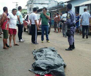 Um homem identificado como Manoel Alves dos Santos (39), natural de Brasília, teve a cabeça esmagada por um caminhão, no final da tarde desta quinta-feira (20). O acidente ocorreu na Avenida Dom Pedro Massa No centro da cidade. Segundo o Delegado do 76º DIP Aldiney de Brito, a vítima estaria…