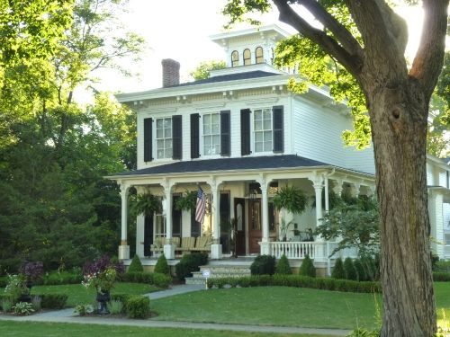 I love old victorian homes! When I was little we lived in a small town called Broken Bow, and lived in a victorian home, and it was absolutely amazing!