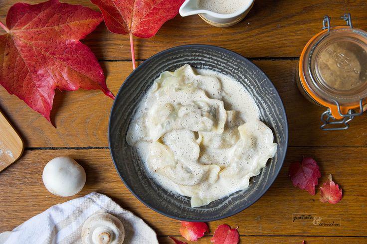 On s'est dit que t'avais besoin de réconfort et on t'a cuisiné un vrai plat douillet ;) Un truc qui baigne carrément dans la sauce quoi : des ravioles aux champignons et châtaignes, avec une crème à la noisette.