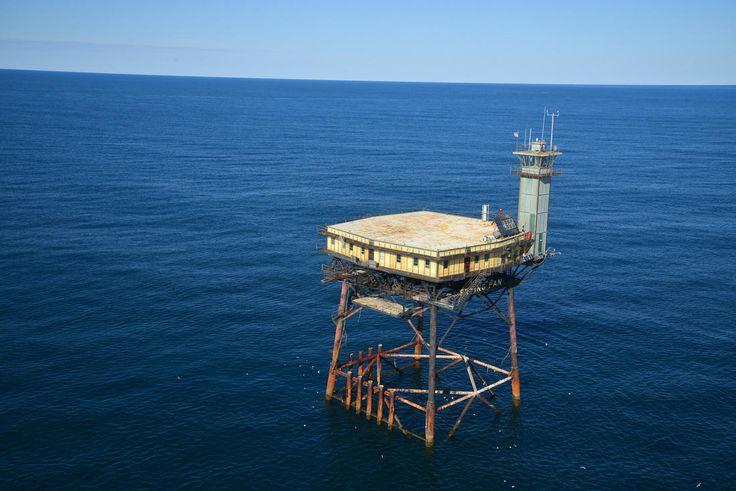Este hotel fica no meio do Oceano Atlântico, a 54 km de terra
