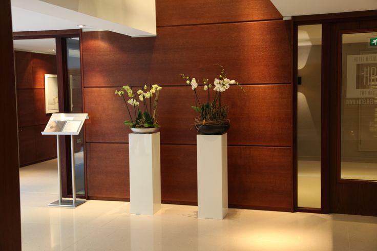 Witte MDF sokkels / pilaren in hotel Hilton