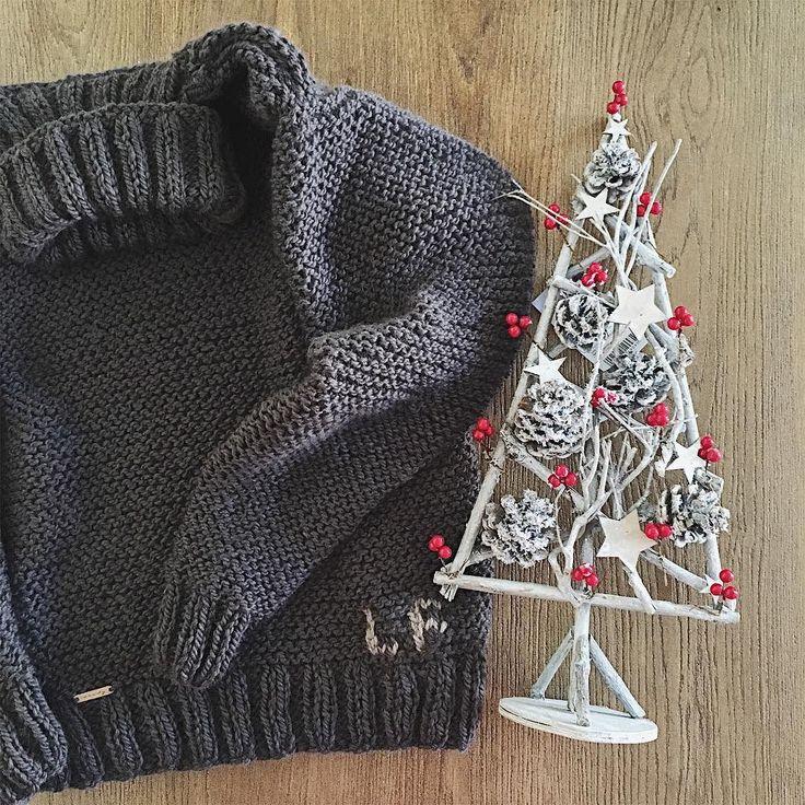 Christmas tree  Gifts  Family  Lots of love  So.. all it's ready for Christmas!!  albero di Natale  Regali per tutti  Famiglia  Tanto amore  Allora tutto è pronto per natale!! #instadaily #instalover #christmas #happychristmas #love #knitting