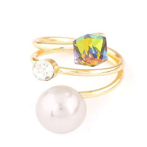Anillo dorado con brillante, perla y cristal tornasol