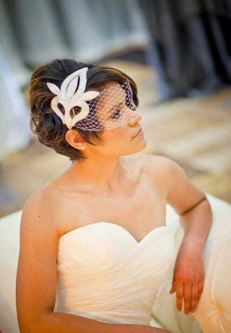 Pettinatura da sposa con capelli corti e veletta