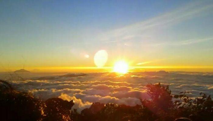 Wisata menikmati sunset di gunung cikuray garut