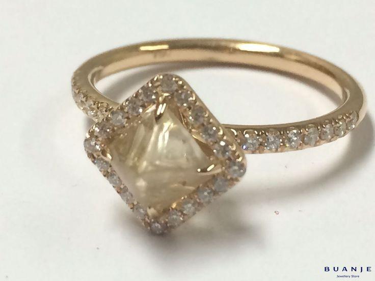 Золотое кольцо с бриллиантами и алмазом . А Вы устояли бы перед соблазном примерить нежное и изящное кольцо из желтого золота с ромбовидным алмазом молочного оттенка в обрамлении множества белых, искрящихся бриллиантов? . Женственность, искренность, доброта – эти достоинства настоящей женщины будут подчеркнуты с помощью той нежности, которую BUANJE вложил это великолепное кольцо. Всепоглощающая любовь к настоящей Женщине от BUANJE. . Для заказа пишите в Whatsapp +7 926 362 1555…