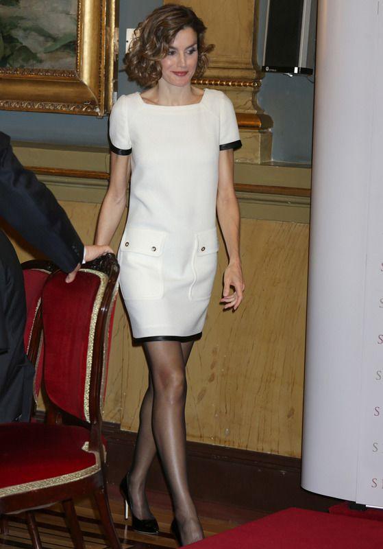 La Reina Letizia de España con vestido blanco con ribetes de cuero y bolsillos en la falda, de Felipe Varela.