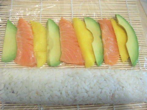 Fabulosa receta para Sushi uramaki arcoiris. Receta de sushi uramaki paso a paso. El sabor dulce y único que tiene el mango hace que compagina sorprendentemente bien con arroz de sushi. Receta original  Esta es una receta sencilla para hacer rollos de sushi uramaki (que es el sushi preparado al revés, con el relleno por fuera del rollo). Es un sushi arcoiris porque queda con colores del aguacate, el mango, el arroz, salmón, alga... un plato llamativo, delicioso y con una receta tradicional…