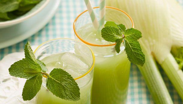 Denne limonade er frisk og sommerlig. Udnyt højsæsonen for de dejlige grønne krydderurter som tilfører friskhed og smukke farver til maden eller som i denne opskrift til limonaden.