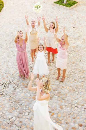 Hochzeitsbrauch - Brautstrauss werfen