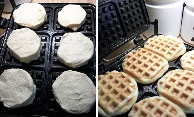Schnelle-Waffeln Das Geheimnis dieser Ratzfatz-Waffeln: Aufbackbrötchen aus der Dose!  Auspacken, die rohen Teigstücke ins Waffeleisen legen, zuklappen und warten. Schon sind deine Frühstückswaffeln fertig!