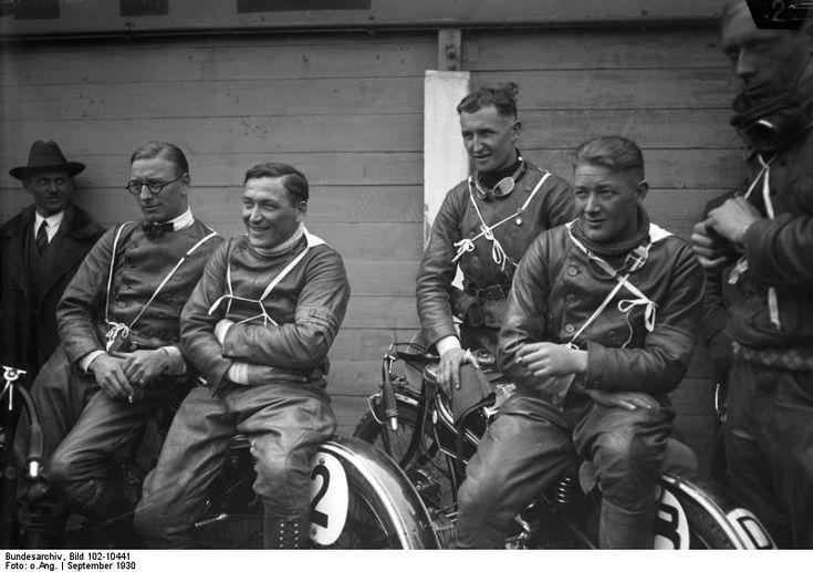 Geschwindigkeitsrekord für Motorräder bei Frankfurt, 12. Oktober 1936  Der deutsche Rennfahrer Ernst Jakob Henne (1904-2005) fährt mit seinem BMW-Motorrad auf der Autobahn zwischen Frankfurt und Darmstadt eine Geschwindigkeit von 272,006 km/h und erreicht damit sowohl einen neuen Geschwindigkeitsrekord für Maschinen bis 500 Kubikzentimeter wie für Motorräder überhaupt. (OV)