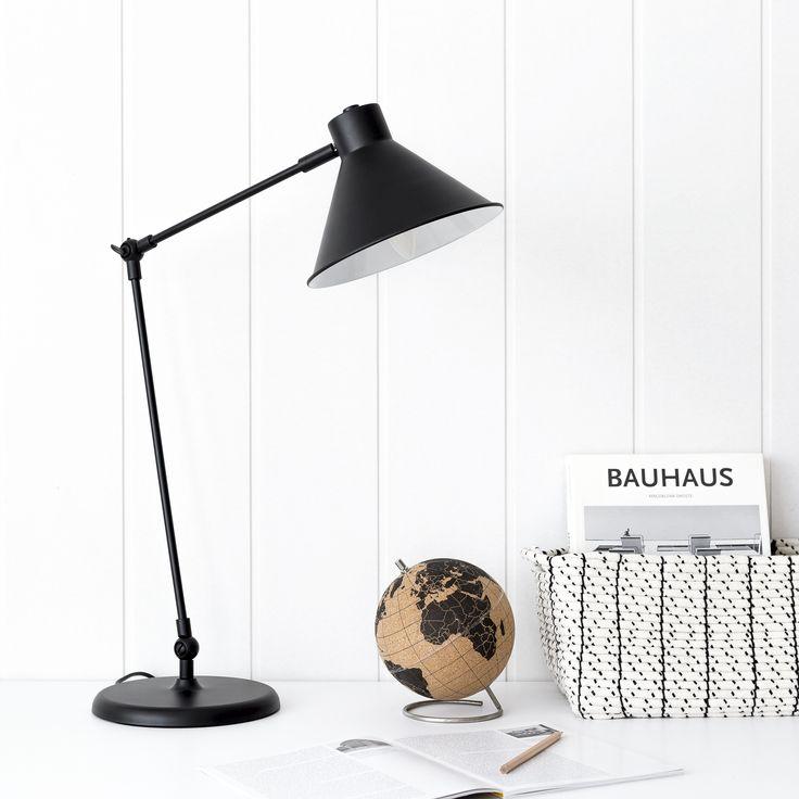 Lámpara de mesa negra Odi | Odi, una lámpara de mesa perfecta para decorar cualquier rincón. En el escritorio, en la mesita de noche, o en una mesa auxiliar. ¡Quedará bien pongas dónde la pongas! Combínala con la Odi lámpara de pie y consigue el conjunto perfecto.  #kenayhome #home #lámpara #negra #iluminación #mesa #escritorio #decoración #diseño #elegante #industrial #nórdico #oficina #interior #design #nordik #deco