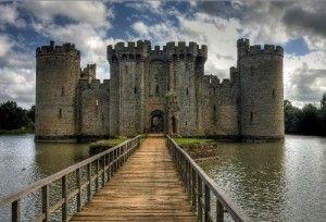 Castelo de Bodiam, Inglaterra O Castelo de Bodiam é completamente rodeado por um fosso alimentado por um manancial de água, com acesso pelo Norte e pelo Sul. O castelo em si tem uma forma rectangular, sendo mais longo na direcção Norte-Sul.