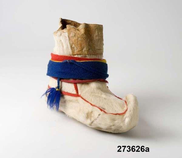Lagda kvinnoskoband låduga i trefältsmönster, tsavága, rött - gult - blått. Från Gällivare inkom 1968