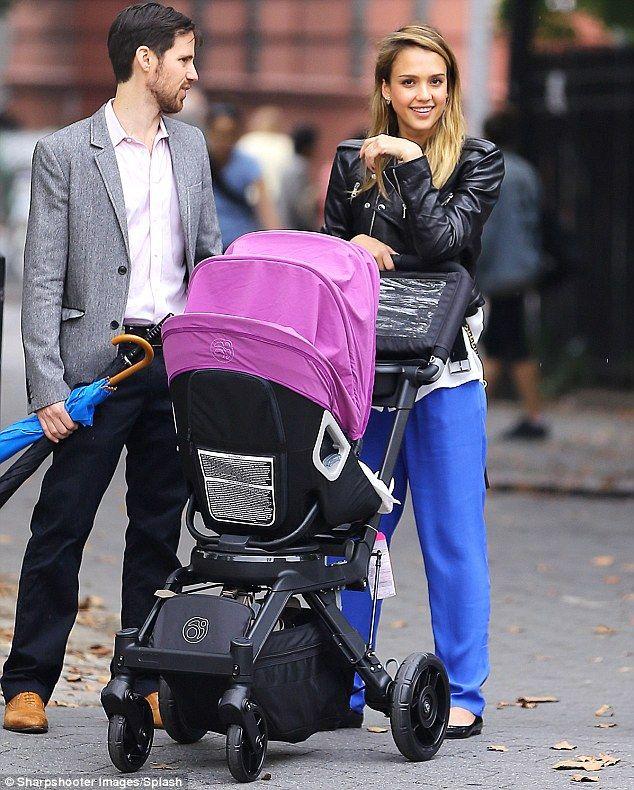 Otro fanático famoso: Jessica Alba eligió un Orbit G2 rosado para llevar a su hija Haven en (foto en 2012)