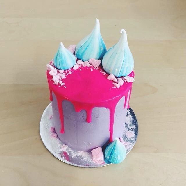 @lianadelcray's pic of the mini cake I made to celebrate her birthday today - Happy birthday, hot stuff! Four layers of red velvet cake filled with raspberry & rose cream cheese, frosted in buttercream & raspberry ganache drips. Decorated with the cutest chubby meringue kisses from my talented friend, @charlie__buckett!