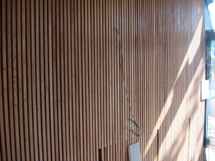 """Bagom askelister og finerede """"fuglenæb"""" - et projekt for Gammel Hellerup Gymnasium. Hårdttræ og finerede plader forhandlet af Keflico A/S. Foto: Gammel Hellerup Gymnasium."""