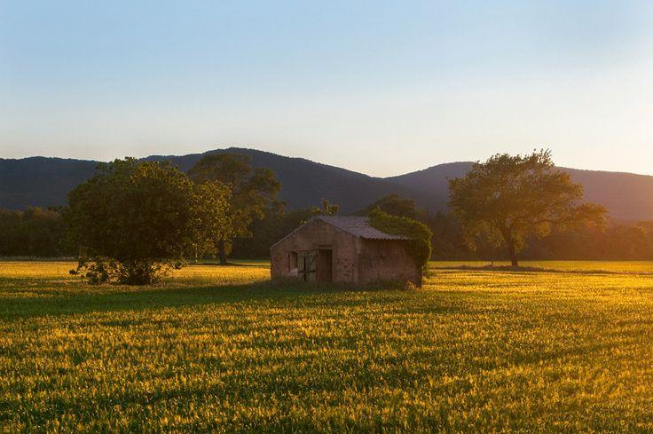Verlaten huisje in Zuid-Frankrijk bij zonsondergang