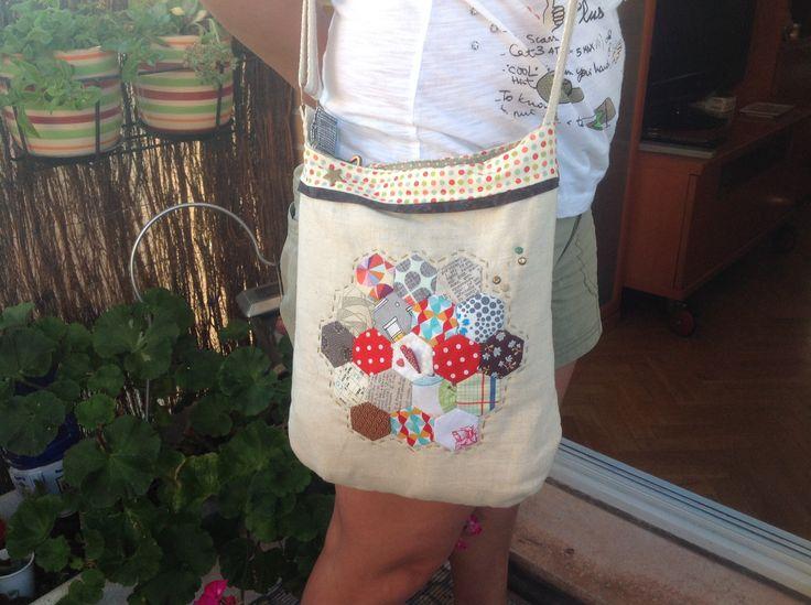 """Bolso de Lili"", con hexágonos aplicados sobre lino. Fresquito y usable!!"