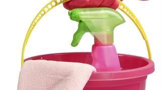 ENKLE GREP: Eddik blandet ut med vann rengjør effektivt. Foto: Scanstock