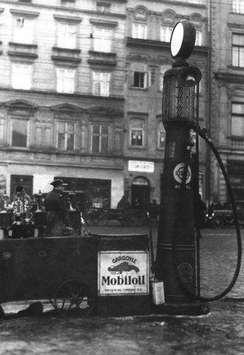 Pompa benzynowa na Rynku Głównym lata 30-te XX wieku. Fot. ze zbiorów wawel.net