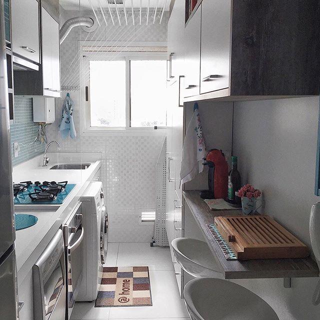 ✨De um outro ângulo #minhacozinha Medidas: da cozinha até lavanderia: 1,60x4,00m, bancada de lanches: 0,32m de profundidade e bancada da pia: 0,60m de profundidade. @brunadalcin #meuapê