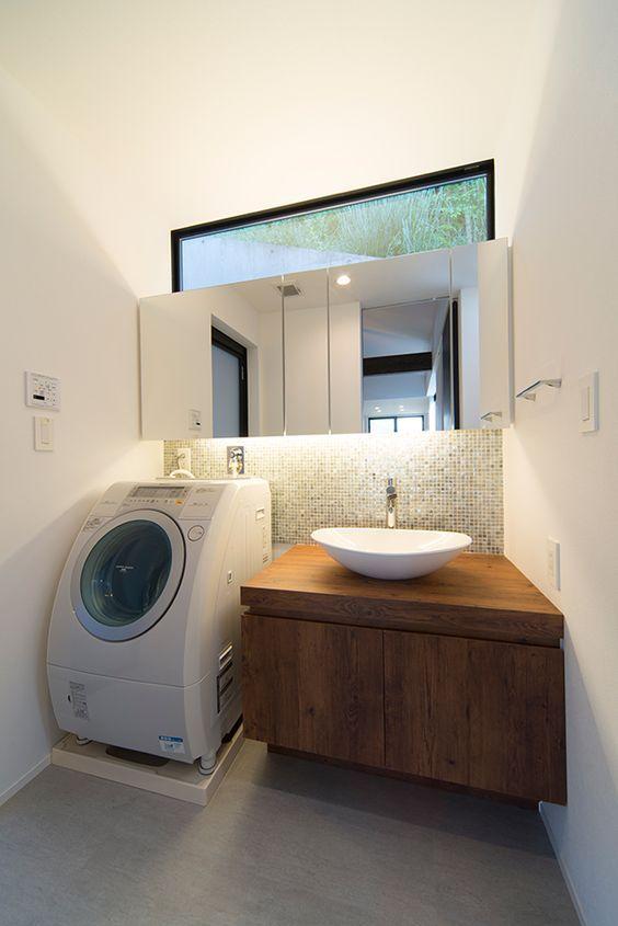 毎日の化粧から、洗濯などの家事、または脱衣所としての機能も併せ持つ洗面所。多様な役割をになう場所であると同時に、明るく清潔に保ち、インテリアを居心地を良くしたいという声も挙がっているようです。洗面所インテリアのポイントって?どんな仕上げがあるの?今回は、住宅とホテルの実例から、そのヒントを学んでみましょう♪