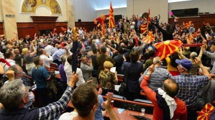 Άγρια επεισόδια στη βουλή των Σκοπίων - Χαροπαλεύει βουλευτής