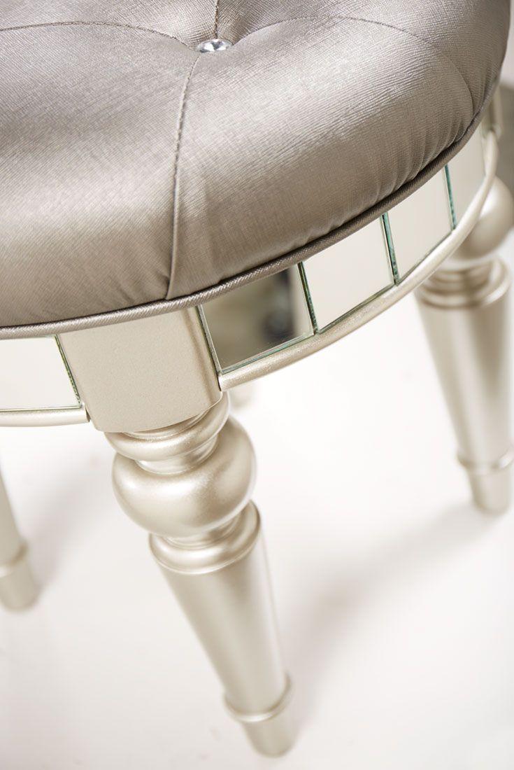 Hereve hal dan 2013 modern hal modelleri ev dekorasyon - The Havertys Brigitte Vanity Stool Is The Perfect Accompaniment To Its Matching Vanity With Mirror