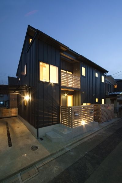 夕方の風景(空気集熱ソーラーのある二世帯住宅) - 外観事例|SUVACO(スバコ)
