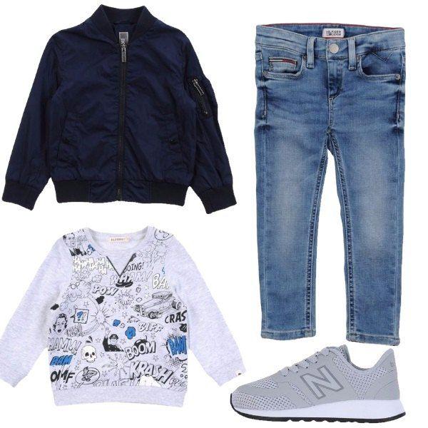 Outfit sportivo da bimbo composto da felpa grigio chiaro con la riproduzione dei suoni come nei fumetti, jeans blu chiaro, bomberino blu e sneakers grigio chiaro.